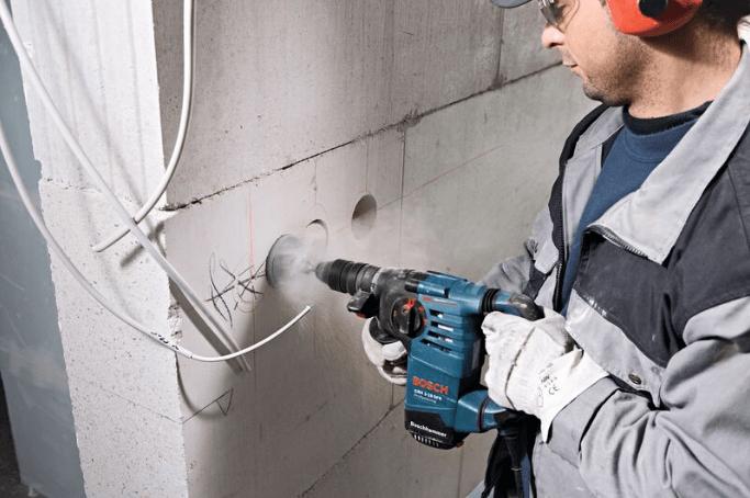 Сверление отверстий в стене перфоратором для установки подрозетников