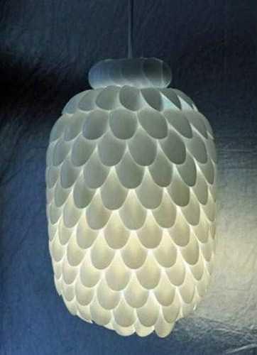 Абажур из бутылки и пластиковых столовых приборов