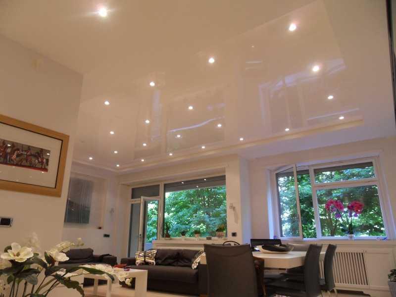 Использование точечных источников освещения без люстры в гостиной