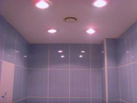 Расположение точечных светильников на натяжном потолке в ванной