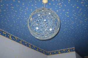 Один из вариантов интерьера с круглым абажуром из ниток