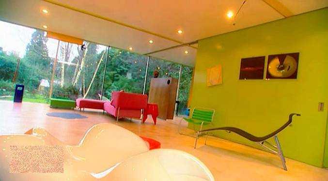 Дизайн комнаты с отличным естественным и электрическим освещением