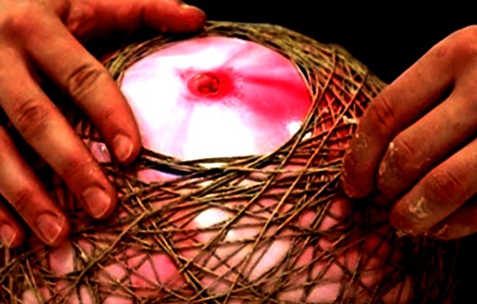 Отверстие в круглом абажуре для удаления шара и установки патрона с лампой