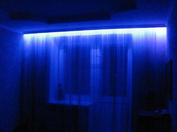 Идеально подсвеченная штора и окно