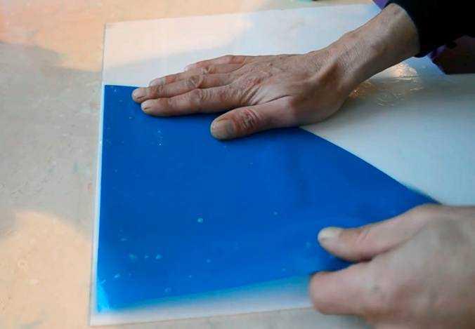 Отделённая от основы плёнка – шаблон наносится на увлажнённое стекло