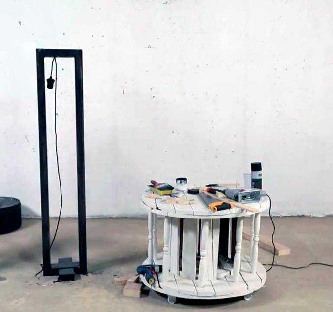 Крепление провода на раме. На импровизированном столике видны инструменты, используемые для работы.