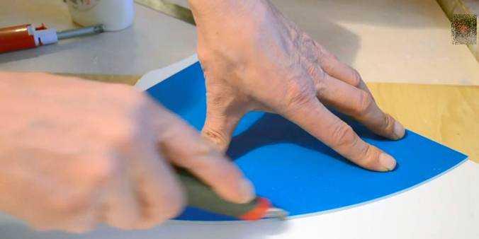 Полученная деталь используется как шаблон для того чтобы вырезать верхнюю часть плафона из листа вспененного ПВХ