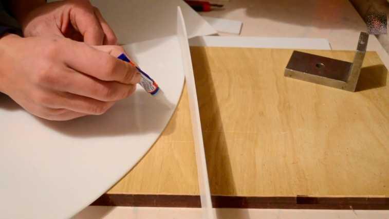 Применяемый клей наносится точками, и деталь прижимаются к ним шаг за шагом