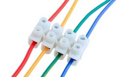 Провода соединяем к проводам люстры согласно цветам проводов