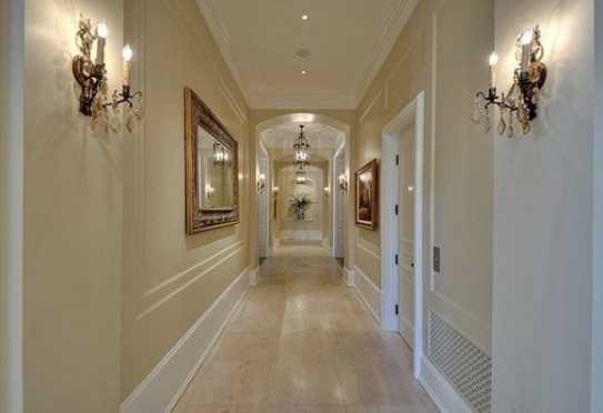 Настенные светильники в ролиосновного освещения в длинном коридоре