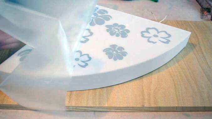 Оформление акрилового стекла аппликациями из серой самоклеящейся плёнки