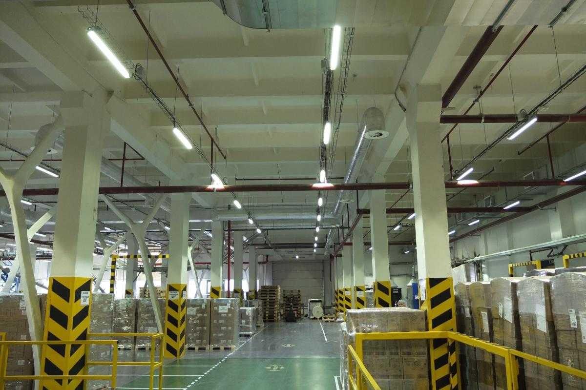Освещение склада длинными лампами дневного света