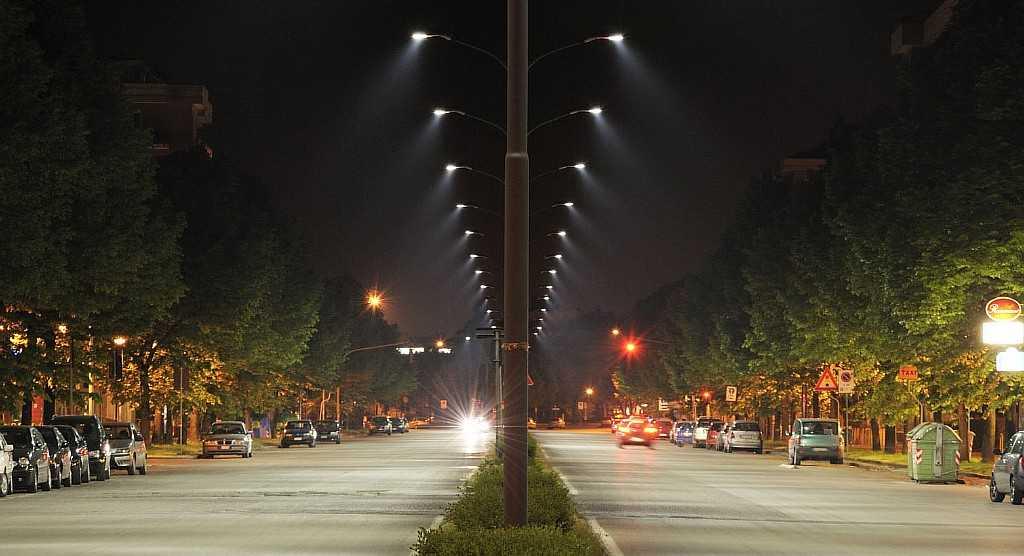 Уличное освещение по разделительной полосе