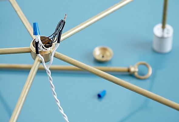 Выход проводов к основной латунной трубке, ведущей к потолку