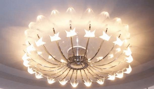 Люстра с отражением в потолке зрительно увеличивает объём осветительной системы