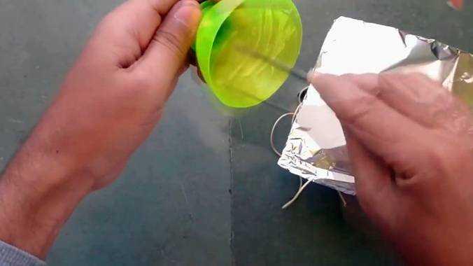 Приклеивание фольги к бутылочной заготовке отражателя