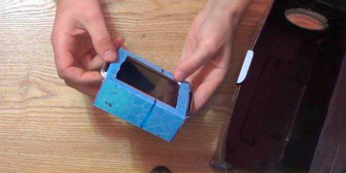 Из коробки с меньшими размерами делаем каретку для гаджета