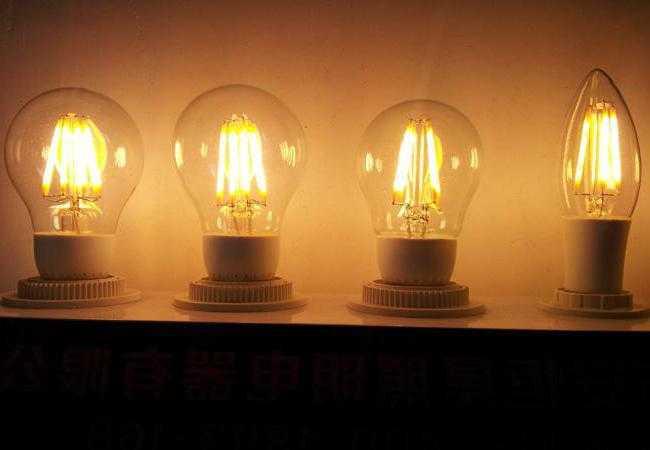Филаментные (вверху) и типа «кукуруза» (внизу) светодиодные лампы