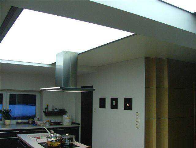 Натяжной светопропускающий потолок для кухни