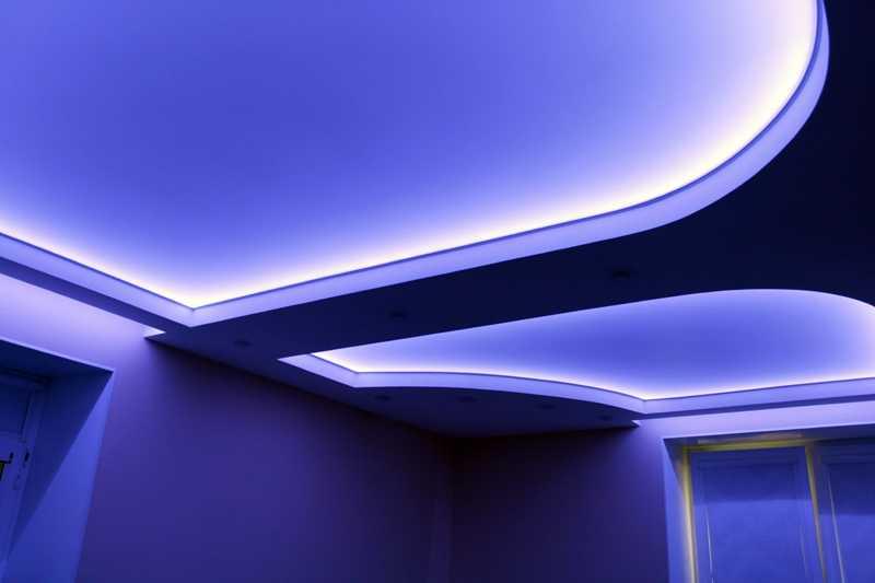 Декоративное освещение потолка белым светом на кухне