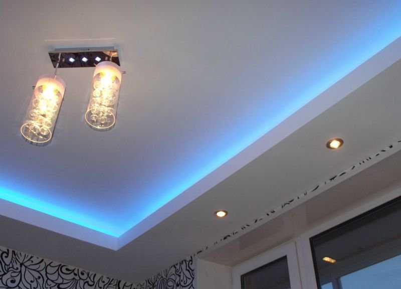 Декоративное освещение потолка синими светодиодами на кухне