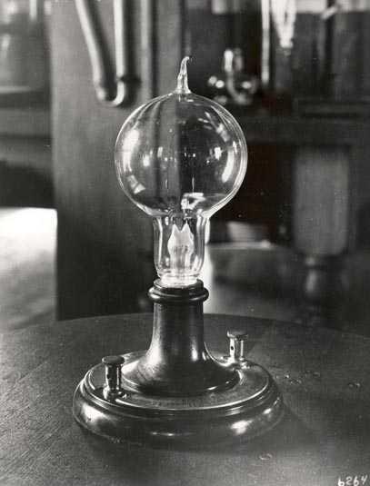 Вид первой лампы накаливания