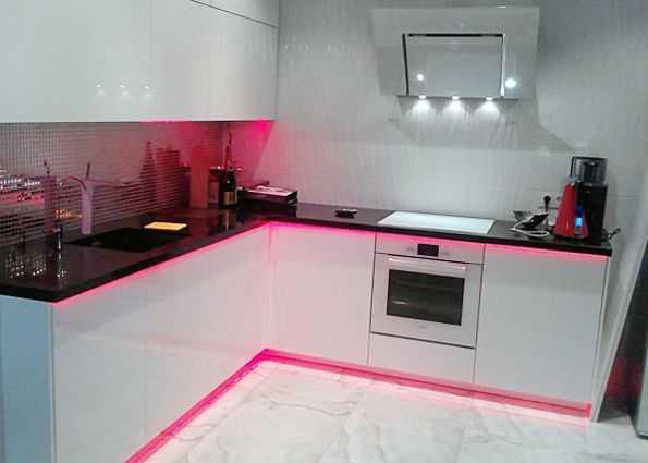 Декоративное освещение мебели и пола на кухне