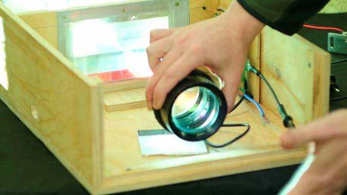 Вторая линза Френеля накладывается на жидкокристаллическую матрицу для согласования светового потока с объективом