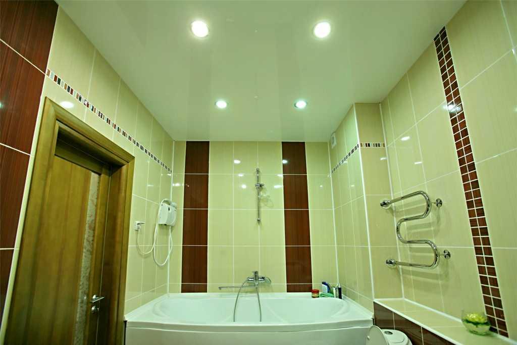 Точечные светильники в натяжном потолке ванной комнаты