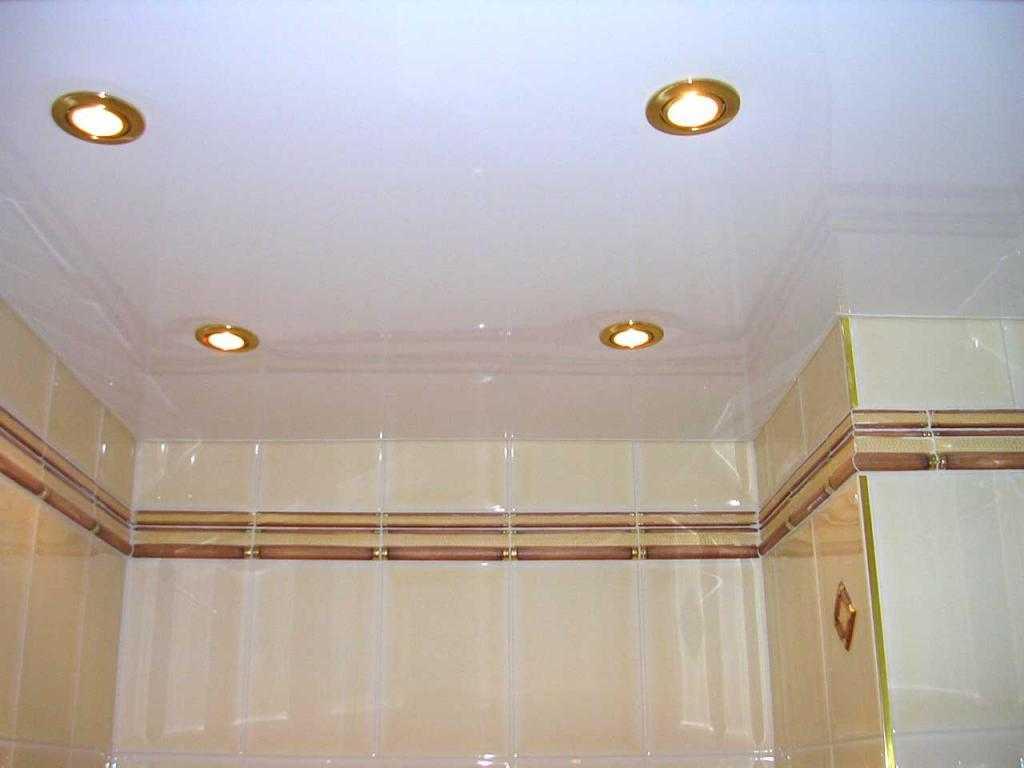 Потолочный светильник имеет герметичную конструкцию, имеющую водоотталкивающие свойства