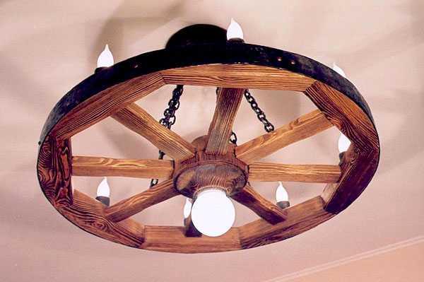 Деревянное колесо как светильник для бани