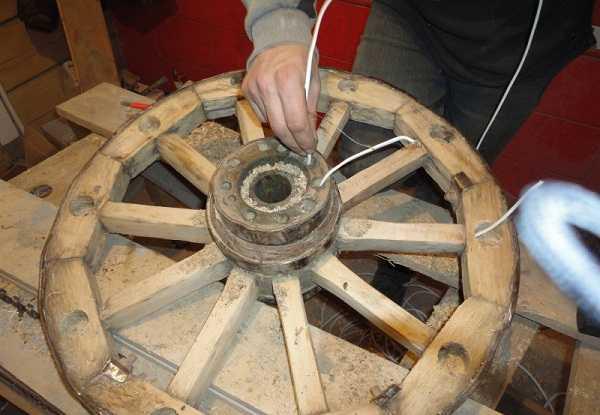 Сверление в колесе отверстий под провода и патроны для ламп