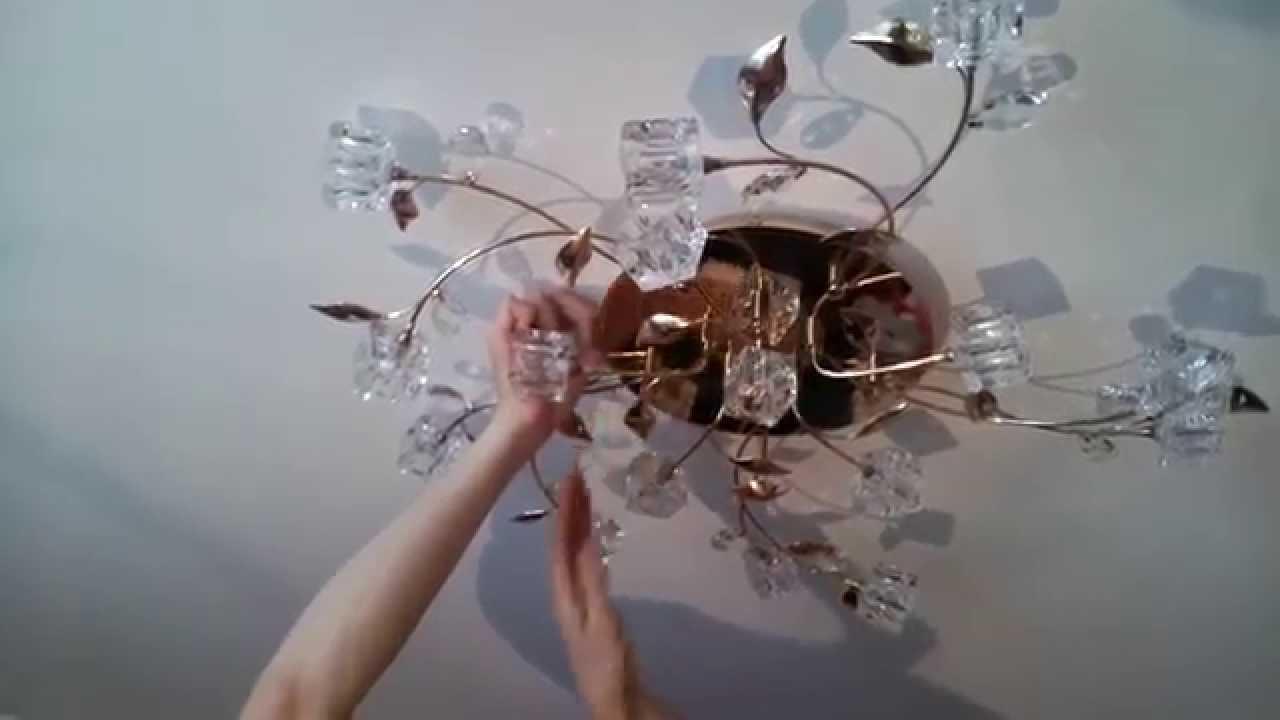 Законченный монтаж люстры на потолке
