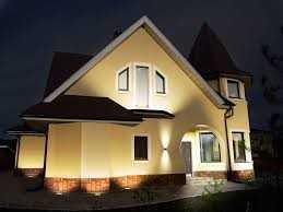 Фасад здания украшен и освещен при помощи светильников