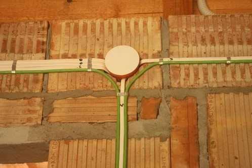 Открытая прокладка кабеля на кирпичной стене