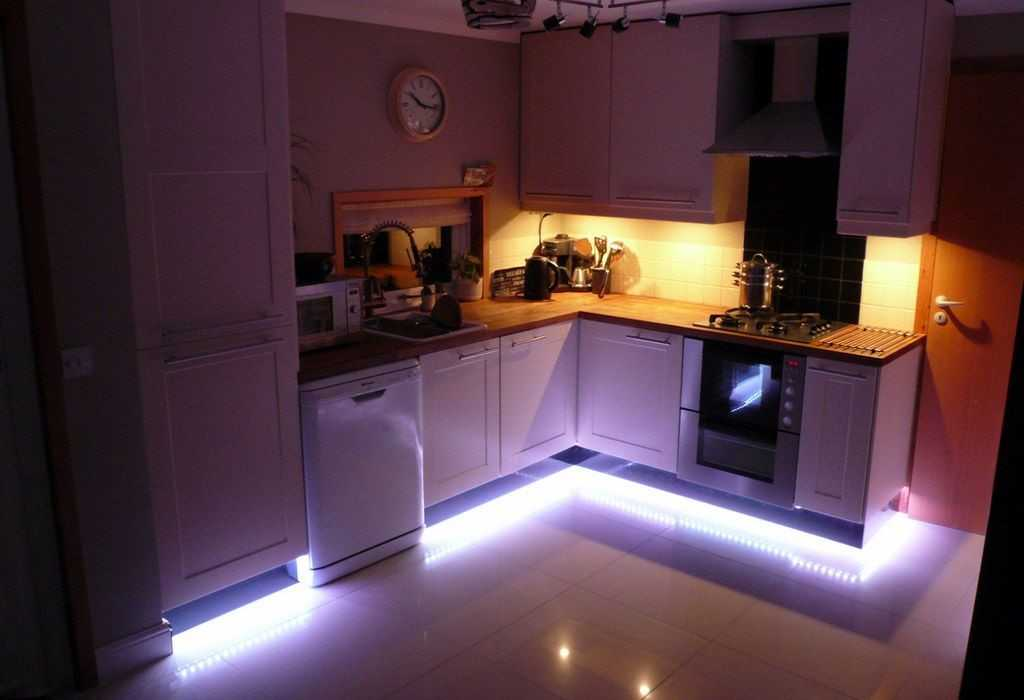 Пример подсветки пола на кухне светодиодной лентой