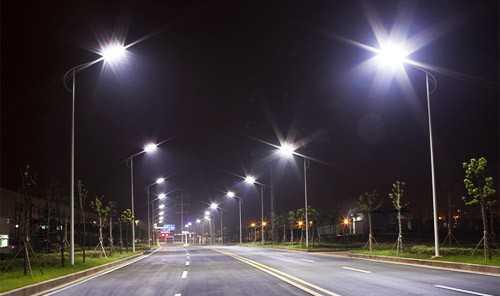 Типичное освещение дорог при помощи светильников на столбах